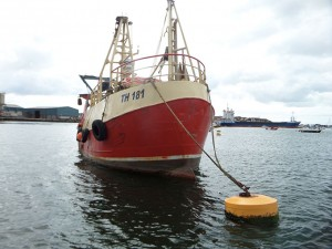 Ship moored using through chain rigid mooring buoy